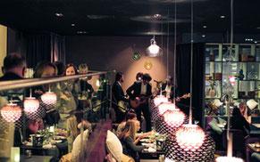 Människor på restaurang och scen