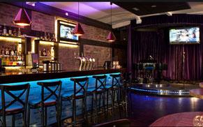 Bar med stolar och scen