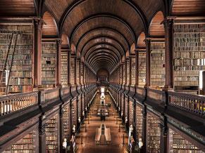 1592年に創立されたアイルランド最古の図書館「トリニティカレッジの図書館」。400年以上の歴史と伝統がある。