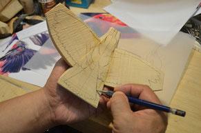 キットに飛翔形の輪郭を描く