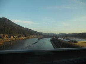 週末、朝から新幹線に乗って遠出。霜が降りて真っ白になった町に、朝日があたってとても綺麗でした。