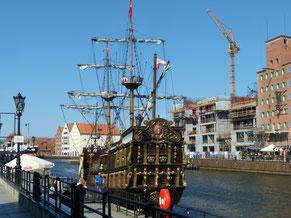 an der Hafenmeile - ein Ausflugsschiff