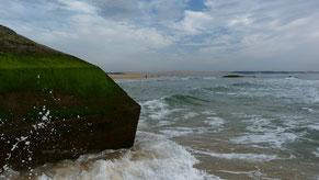 """Bunker (frz. """"blockhaus"""") Cap Ferret mit der Dune du Pilat im Hintergrund"""