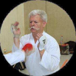 Fit und gesund bleiben durch Kampfsport: Nicht nur etwas für junge Menschen, sondern auch für Seniorinnen und Senioren. Selbst dann, wenn diese erst im höheren Alter mit dem Training beginnen.