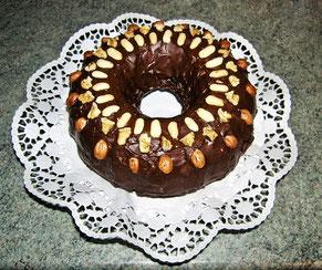 Rührkuchen, runde Form mit Nuss-Dekoration