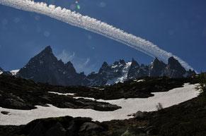 飛行機雲(モンブラン針峰群) (全紙)