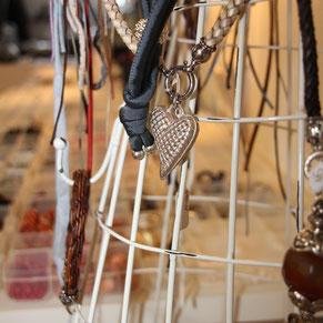 Kurse und Workshops für Steinschmuck und Silberschmuck bietet das Atelier SilberGlanz in Hinwil an der Tobelstrasse.
