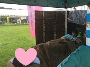 大雨であることを忘れさせてくれるだんでぃらいおんの会のテントの中。ワンコインで15分のアロマトリートメントを提供。
