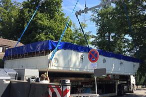 Transport MLine Mosaik Fertigbecken mit Begleitfahrzeug