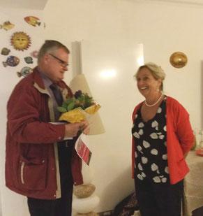 Vorstand Klaus Dill gratuliert Claudia Röttger-Lanfranchi zum 60. Geburtstag