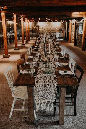 Holztische Vintagestühle mieten Holzbohlentische Hochzeit