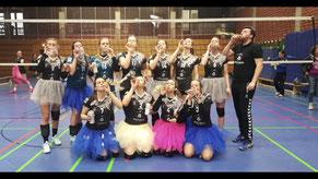 Damen-2: Gruppenfoto mit Luftschlangen - in Karnevalslaune trotz 2:3 in Gladbeck