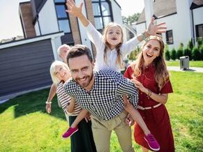 Familie aus Aichach freut sich über neues Haus