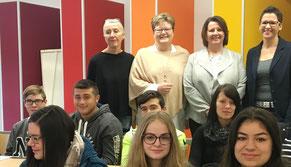 Von links nach rechts im Bild zu sehen: Rektorin Rosemarie Bölinger, Bettina Brück (SPD), Elfriede Meurer (CDU) Konrektorin Melanie Schmitt.