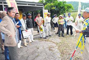 沖縄防衛局の現地調査を阻止しようと、平得大俣の市有地周辺に集まった自衛隊配備反対派住民=14日午前