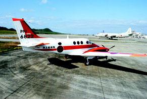 石垣空港に駐機されている海自の練習機「TC90」。奥は哨戒機P―3C=24日午後