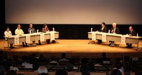 パネルディスカッションでは多くの視点から那覇市の将来像について議論された=5日、パレット市民劇場