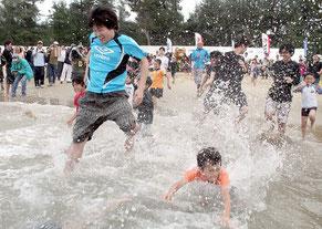 海びらきで初泳ぎを楽しむ子どもたち=16日午前、西表島トゥドゥマリの浜