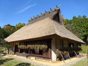 村にあった民家を資料館の敷地に移築した民家