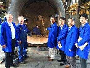 写真はRöhr + Stolberg社における鉛特殊加工コンテナ製造の現場での打ち合わせ