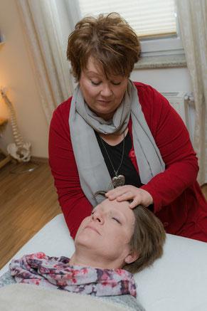 Corinna Stübiger bei der Behandlung, Integratives Heilpulsen, Craniosacrale Therapie, Geistiges Heilen