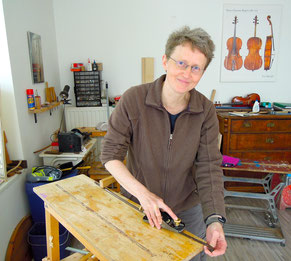 Bogenmacherin Ina Keller an ihrer Werkbank. Foto: Christoph Schumann
