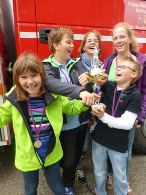 """Ausgebremst! Unsere Mannschaft beim Feuerwehr-Jugendvereinswettkampf v.l.: Amelie, Cedric, Leonie, Karen und Jan mit Medallien und dem """"Siegerpokal"""". Zu den Bildern gehts hier weiter..."""