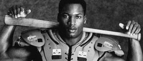 Nell'immagine Bo Jackson, simbolo della visione di multi sport americano per eccellenza