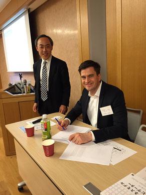 講師のスイス BMI Lab AG社CEO フェリックス・ホフマン(右)と 「ビジネスモデル・ナビゲーター」翻訳者 / 株式会社マキシマイズ代表取締役 渡邊 哲