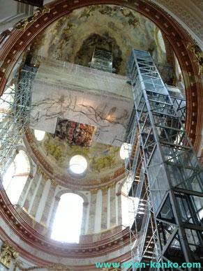 教会内部の天井に伸びるエレベーター