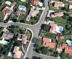 Vue satellite de piscines en banlieue de Toulouse