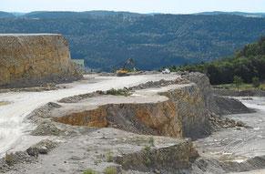 Das Verfahren zur Erweiterung des Holcim-Steinbruchs auf dem Plettenberg muss auf Entscheid des Tübinger Regierungspräsidiums vom Landratsamt in Balingen wieder aufgenommen werden. Foto: Visel