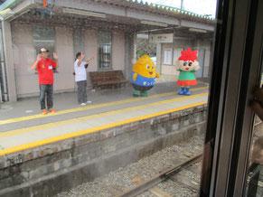 駅に登場した、南箕輪村のまっくんと、箕輪町のもみじちゃん
