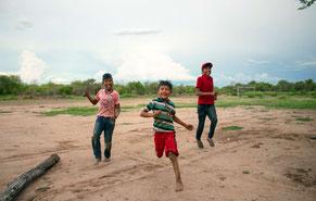 Edison, Hugo y Eber, niños ayoreos, juegan en la comunidad totobiegosode de Arocojnadi, 2019.  © X. Clarke / Survival International