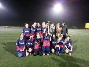 Da ist das Ding... die stolzen U17-Mädchen des SV Rhenania Bottrop nach dem souveränem Finalsieg