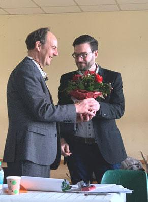 Blumen für Matthias Losacker: Für 6 Jahre Engagement als Vorsitzender dankte ihm sein Nachfolger Christian Radkovsky -Foto: ©Dr. Johannes Hanisch