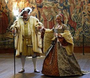 Heinrich VIII. und Catherine Parr in einem Schauspiel in Hampton Court Palace, UK (Catherines Kleid ist nach dem Portrait gefertigt) (flickr, Bild von Marcio Cabral de Moura) Mode 16. Jahrhundert