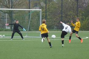 Chancenlos war die TuS D1-Jugend am Samstagmittag im Heimspiel gegen Tabellenführer ESC Preußen. - Foto: mal.