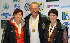 Die erfolgreiche Altersklassenmannschaft  nach der Siegerehrung von links: Birgit Meyer, Guntbert Meyer, Bibiana Winnecke