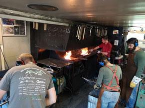 Telchinen bei der Arbeit in der Schmiede. Die Kohlefeuer in den Essen laufen auf voller Leistung!