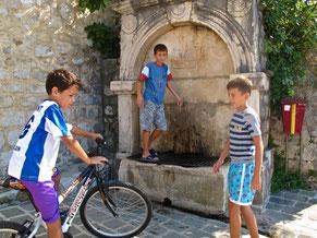 spielende Jungen in der Altstadt