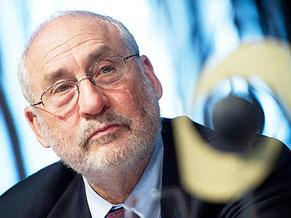 Joseph E. Stiglitz ist ein US-amerikanischer Wirtschaftswissenschaftler. Für seine Arbeiten über das Verhältnis von Information und Märkten erhielt er 2001 zusammen mit George A. Akerloformation und Märkten erhielt er 2001 zusammen mit George A. Akerlof u