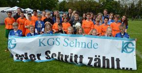 """Die Mannschaft der KGS mit den """"Fans"""" und dem Blasorchester – Foto: JPH"""