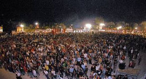 Δεύτερη μέρα Φεστιβάλ. Κι όχι οποιοδήποτε Φεστιβάλ, αλλά αυτό του ΚΚΕ και της ΚΝΕ. Δεύτερη μέρα χτες κι ο κόσμος ακόμα πιο πολύς κι «η συγκέν