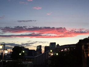 勝どき橋から夕暮れ 雲が夕陽に照らされてます