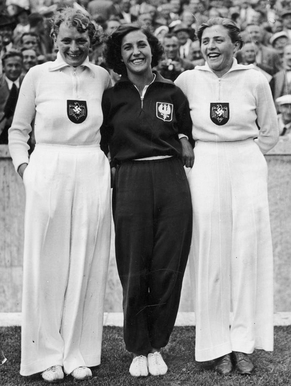Olympischa 1936, die Siegerinnen im Speer- wurf von links nach rechts: Tilly Fleischer (Gold), Maria Kwaśniewska (Bronze), Luise Krüger (Silber)