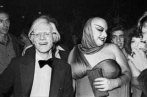 1970年代ニューヨーク・シーンのイコンでるウォーホルとディヴァイン。