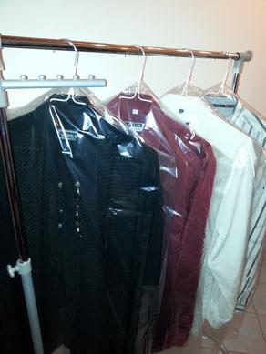 Fertige Hemden auf der Kleiderstange mit Schutzfolie bereit zur Auslieferung