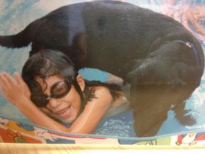 タラサは子供のビニールプールが大好きでした。