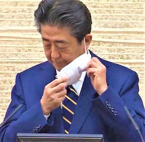 「宣言」後の記者会見の冒頭でマスクをはずす首相(政府HPから)